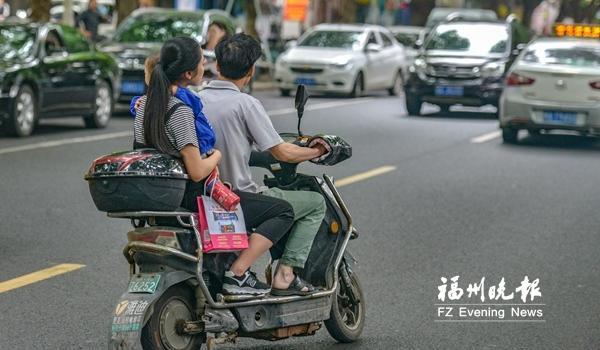 """骑车看手机载着大人还""""套娃"""" 电动车违法载人频现"""