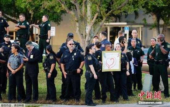美佛州校园枪击案后 14只治疗犬进校园疗愈师生