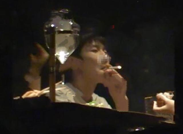 王源抽烟照曝光引全名热议 队友易烊千玺和王俊凯躺着勺嫦妊