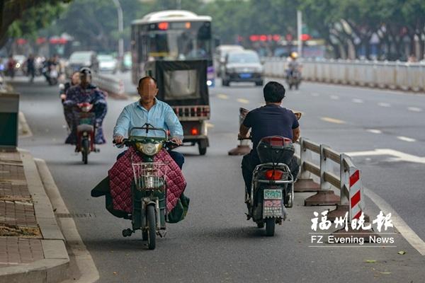 记者走访福州多个路段发现:电动车违法逆行频现