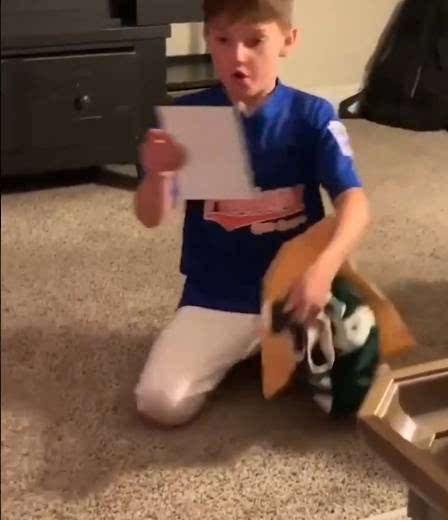 小球迷写信支持字母哥 雄鹿超巨回赠球衣签名照