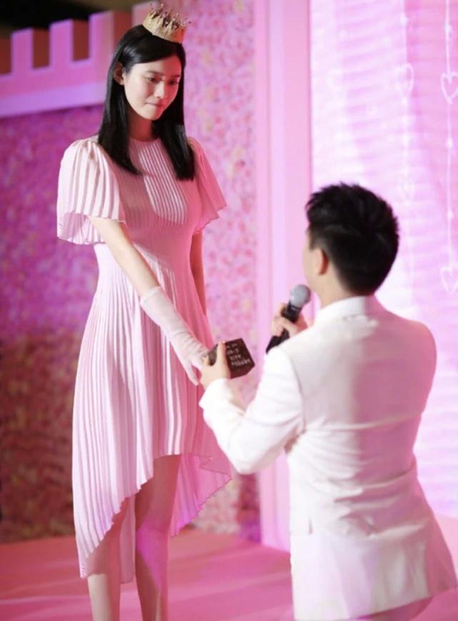 奚梦瑶首次回应何猷君求婚说了什么?奚梦瑶家境如何是富二代吗