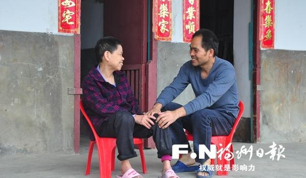 陈世旺:十多年�照顾瘫痪母亲 用孝心为�I撑起爱的天空