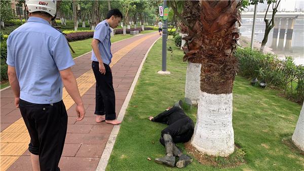 一女性晨起散步不慎落水 厦门警方及时救援获点赞