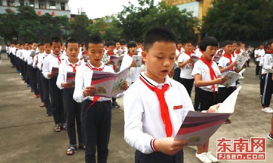 """漳州南靖""""千人嘴里说了句草大课堂""""为孩子打造书香校园"""