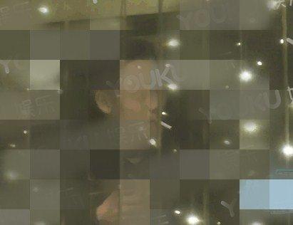 陈伟霆抽烟被拍,一根烟结束后,喝了几口汤又续上了一根!