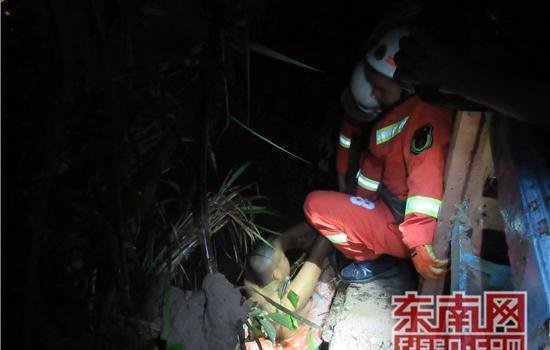 三明:男子不慎落入沙溪河 消防夜间救援