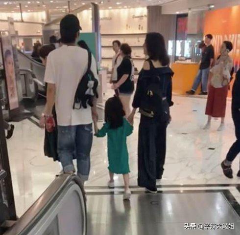 洪欣跟张丹峰牵手逛街,毕滢点赞内涵微博,大婆终极胜利了吗?