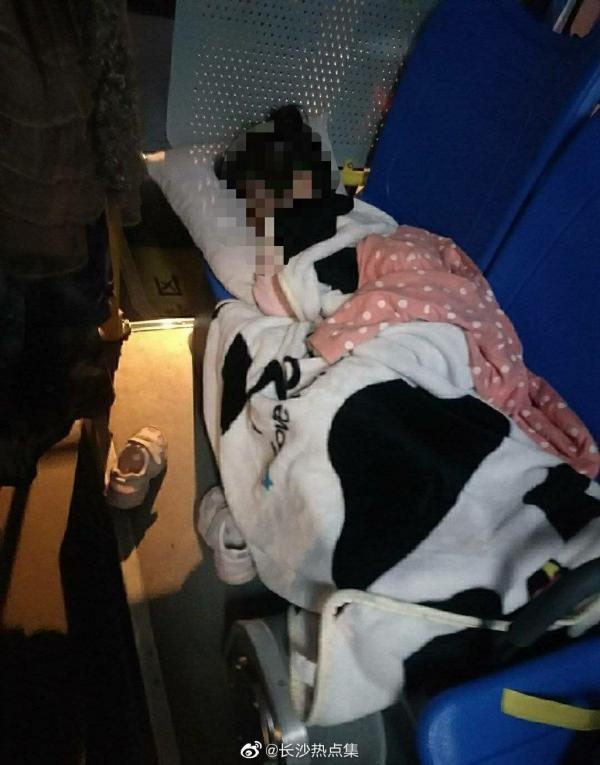 """5月21日晚,长沙W222路公交车,女司机的孩子横睡在车座位上。 本文图片 微博号""""长沙热点集"""""""