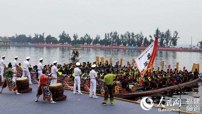 2019海峡两岸龙舟文化节在厦门开幕 龙舟赛登场