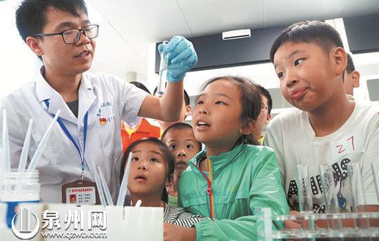 泉州:热心小公众走进食品药品实验室