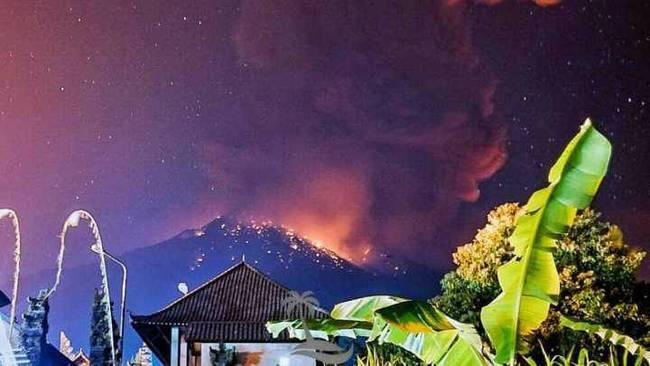 巴厘岛火山再喷发 火山灰四处蔓延 5趟航班受影响