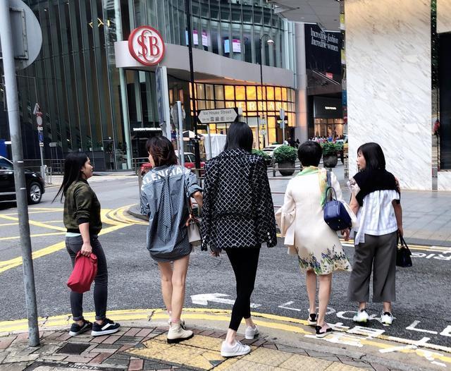 奚梦瑶陪赌王四太逛街被偶遇,四肢纤瘦没怀孕?