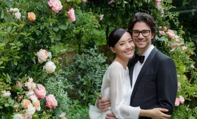 陳法拉婚禮穿過季高定禮服 網友:完全靠氣質在撐