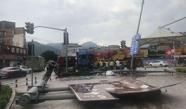 大货车鸣笛冲下长坡 摩托车被推行50米 幸无人伤亡