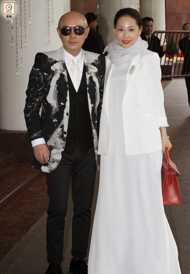 张卫健与妻子。