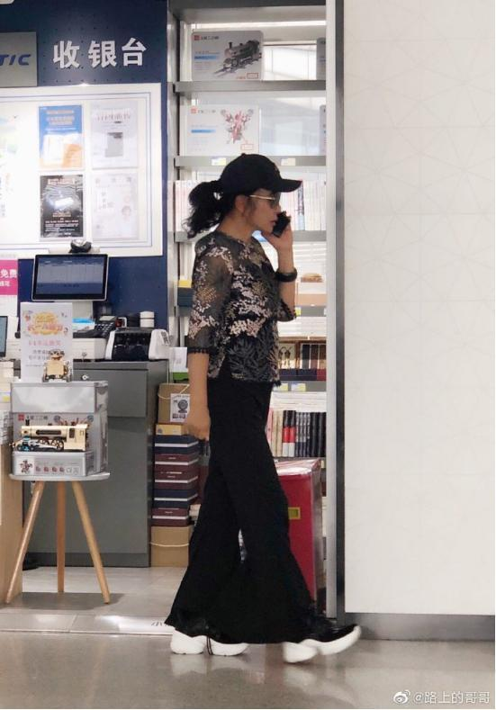 刘晓庆转发自己被偷拍照片,看来这偷拍的照片她很满意!(2)