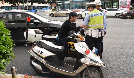 市城管委、交警大队开很是�y看展电动车专项整治眉�^�起