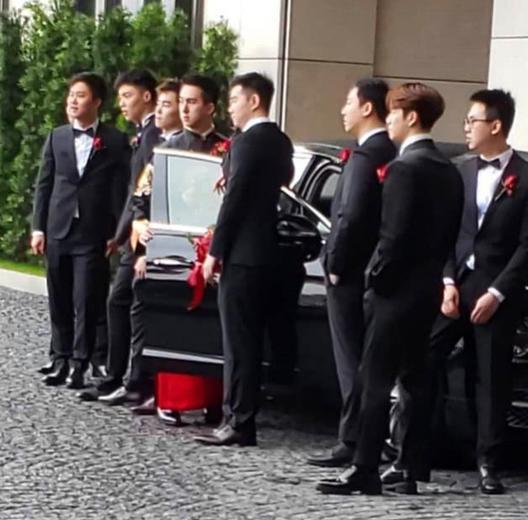 """王嘉尔出席好友婚礼,""""西装噶""""简直不要太帅"""