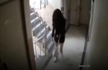 韩国男子尾随醉酒女子回家 这个女孩晚一秒关门会发生什么