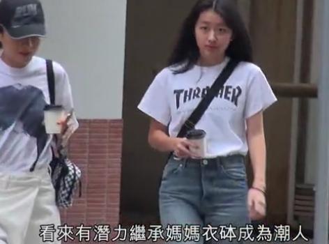 陈奕迅14岁女儿正面照曝光 打扮时髦星味十足