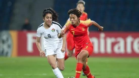 王霜坐镇中场调度进攻,中国队的锋线球员将有更大的移动空间