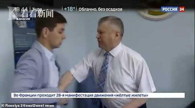 官员抱摔记者在地怎么回事 面对记者追问官员恼羞成怒