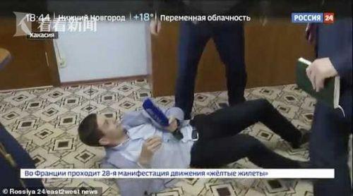 官员抱摔记者在地