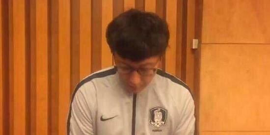 韩国球队主帅金而是坐在他身边正秀