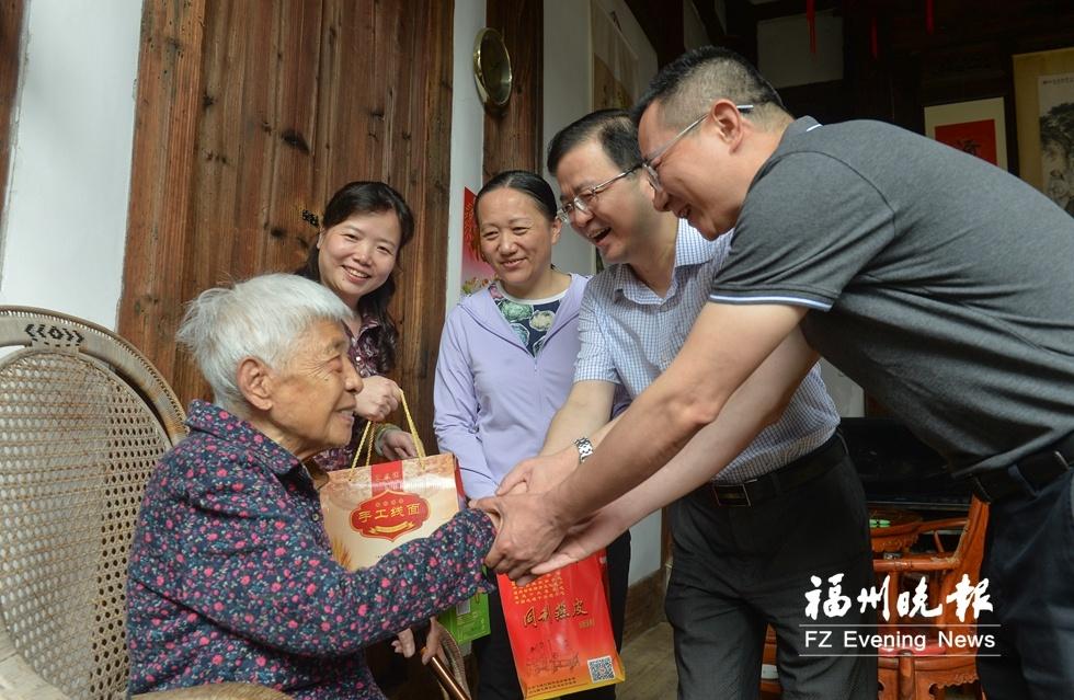 福州鼓楼区举办端午节活正好动 108岁老人喜尝爱心粽