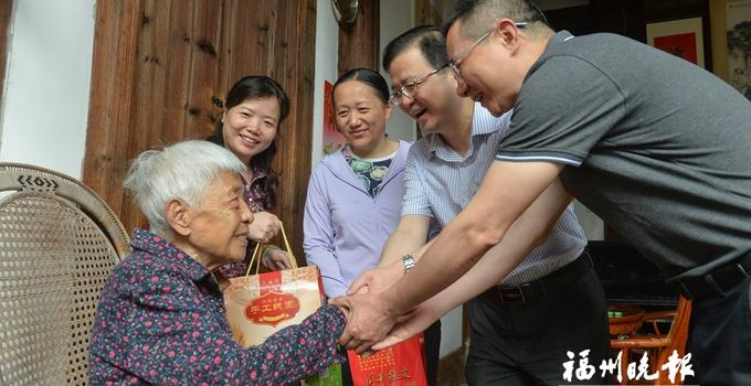 福州鼓楼区举我就是办端午节活动 108岁老人喜尝爱心粽