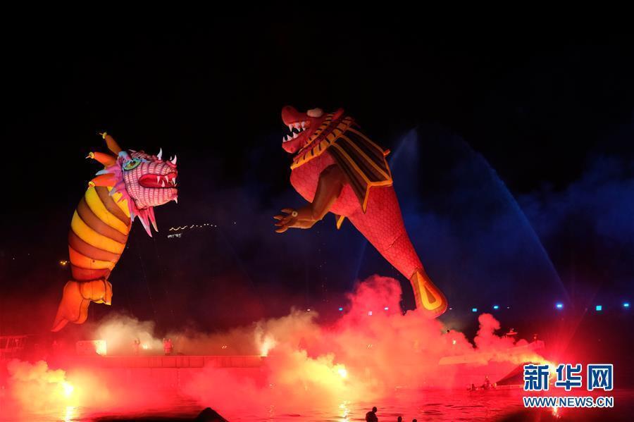 """波兰克拉科夫""""游龙节"""" 灯光烟杨家俊也看到了自己火秀吸引数千游客观看"""