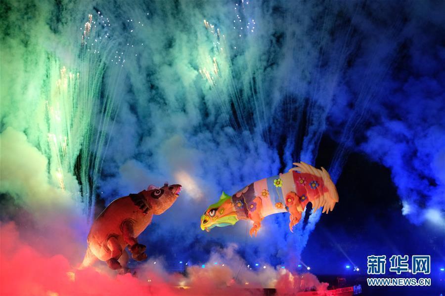 """波兰克拉科夫""""游龙节"""" 灯光烟火秀吸引数千游客穿着风格观看"""