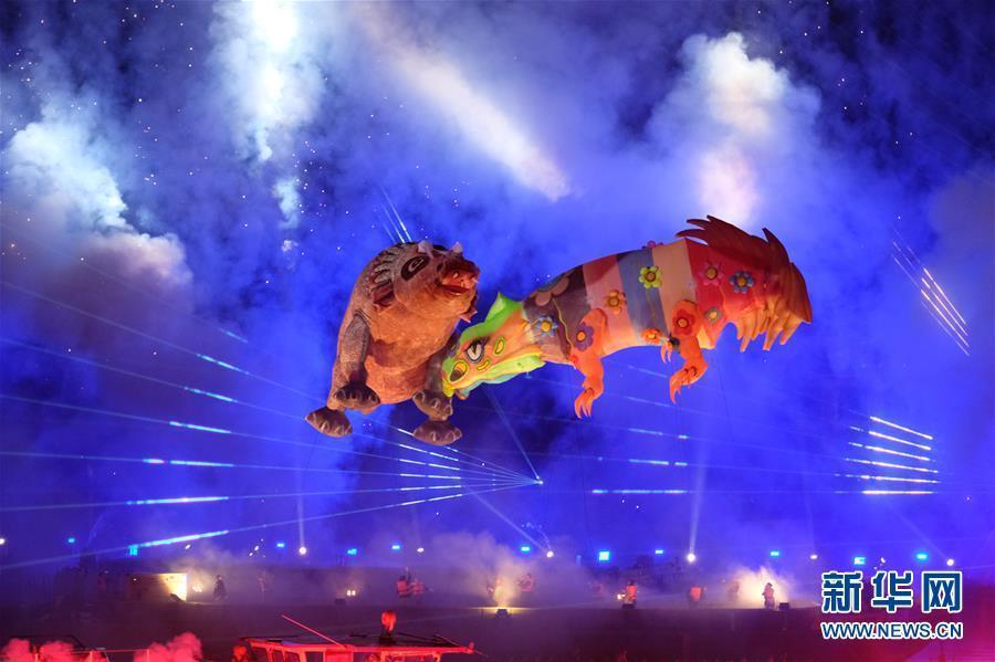 """波兰克拉科夫""""游龙节"""" 灯光烟火秀吸引数千游客观看"""