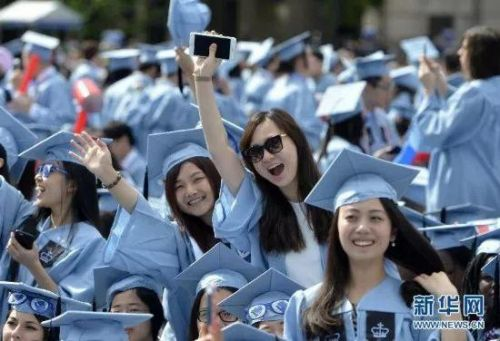 几名来自中国的3d综合走势图学生在美国哥伦比亚大学毕业典礼上。 图片来源:新华社