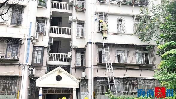 廈門思明區一三樓住宅冒煙 消防隊員破窗救人