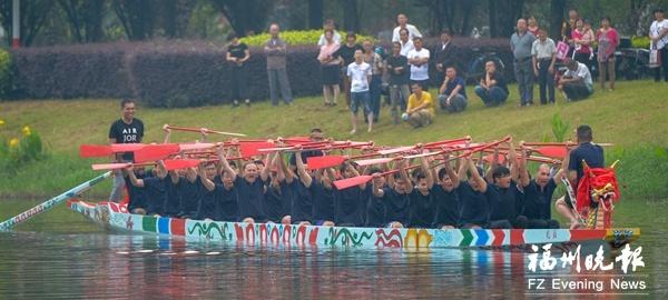 """福大""""福龙号""""下水首航 系全国首艘高校独立制造的龙舟"""