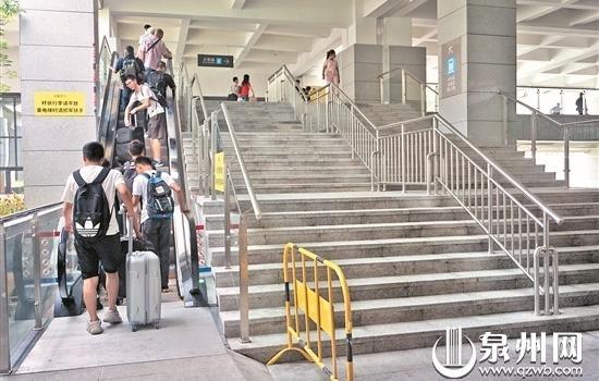 泉州火车站枢纽站扶梯已启用 乘客不用再爬楼梯