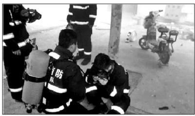 火場濃煙中消防員將面罩讓給老人 自己被嗆得嘔吐不止