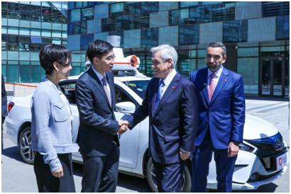 智利总统皮涅拉在滴滴总部与程维和柳青交流,并试乘了滴滴无人车