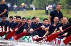 福建福州:学子自制龙舟参加龙舟赛