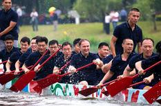 福建福州:學子自制龍舟參加龍舟賽