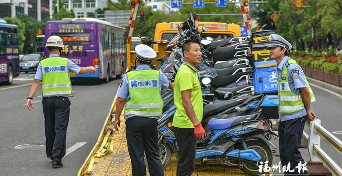 鼓樓交警昨在東街口查扣違法送餐車13輛