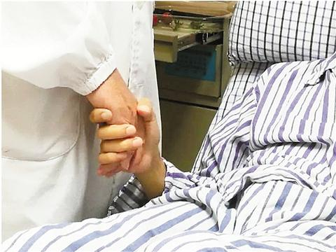 壓斷肋骨救回朋友事件始末,男子心臟驟停朋友壓斷12根肋骨將其救回