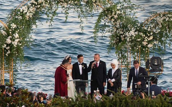 厄齊爾結婚了!與貌美妻子海邊大婚 證婚人是土耳其總統