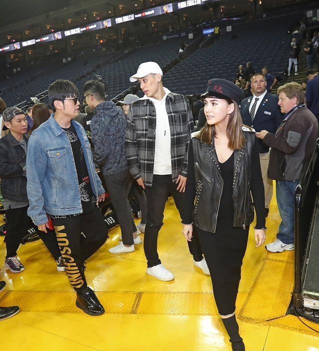 周杰伦昆凌观战NBA总决赛 昆凌和林书豪拥抱周杰伦疑吃醋
