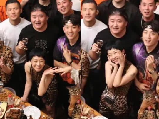 刘欢在家办数十人豹纹派对,妻子和27岁女儿现身,学生们弹琴唱歌