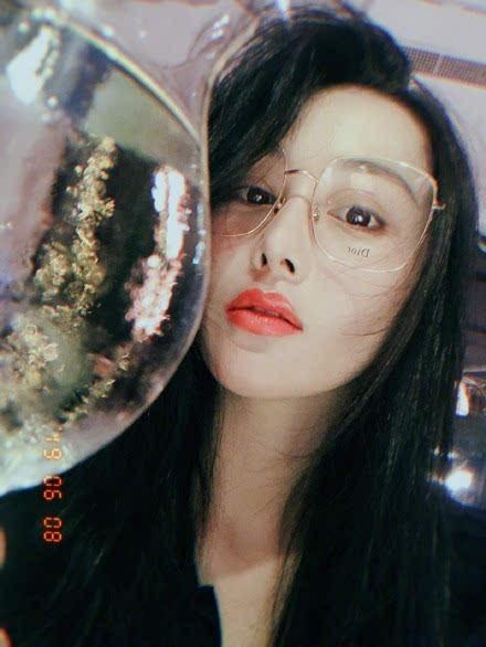 张馨予罕见晒自拍气色好,大框眼镜搭红唇时尚性感(图)