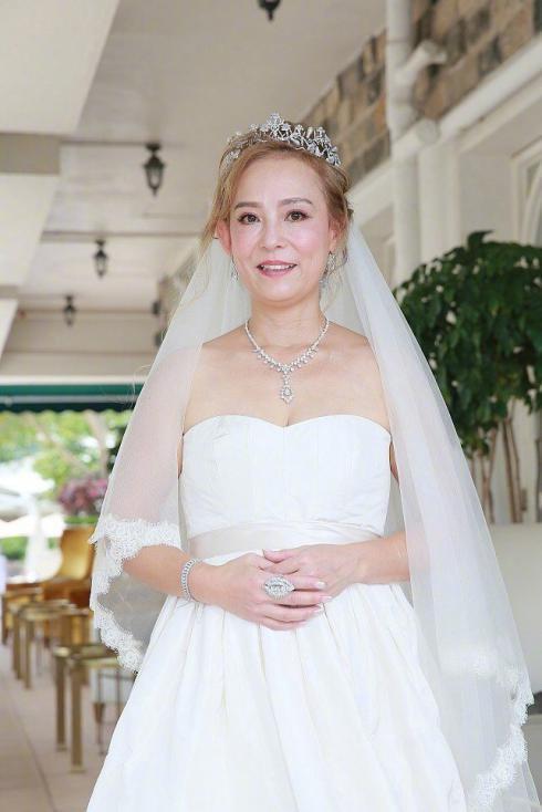 83版小龙女翁静晶再婚,55岁嫁赌王堂侄还将捐出全部财产