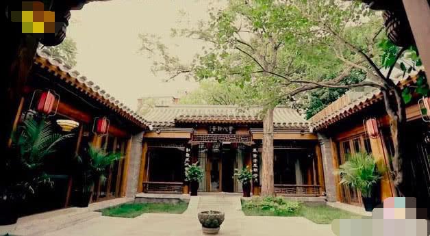王刚四合院首曝光太壕了,收藏和珅本人奏折用300年黄花梨木桌子